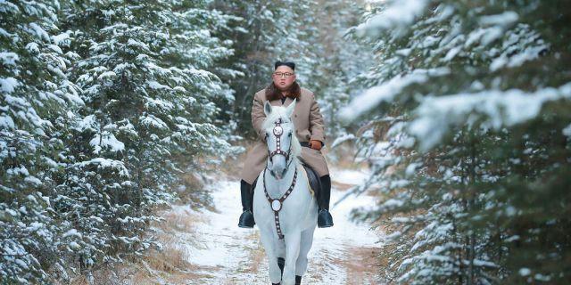 Ông Kim Jong-un oai phong cưỡi bạch mã trên đỉnh núi thiêng, báo Mỹ châm chọc: Bắt chước ông Putin! - ảnh 7