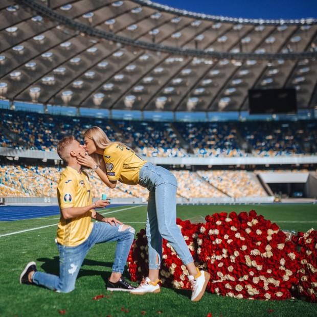 Choáng ngợp trước màn cầu hôn ngay trên sân vận động của sao Man City - Ảnh 1.
