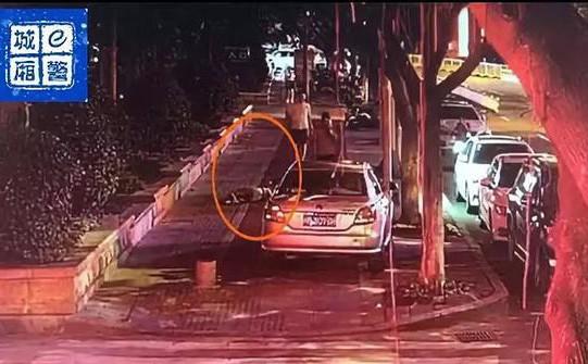 Cô gái trẻ đẹp say xỉn ngồi bên đường bị kẻ lạ bế lên xe đưa về nhà cưỡng dâm
