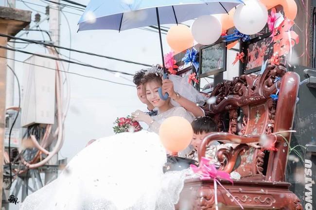 Màn rước dâu sáng tạo cực đỉnh khiến cả phố ai cũng phải ngoái nhìn vì độ bá đạo của cô dâu chú rể - Ảnh 2.