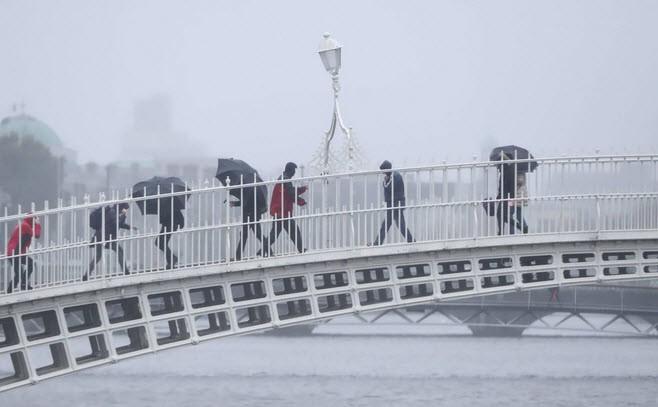 24h qua ảnh: Cầu gẫy sập, đè bẹp tàu đánh cá ở Đài Loan  - Ảnh 7.