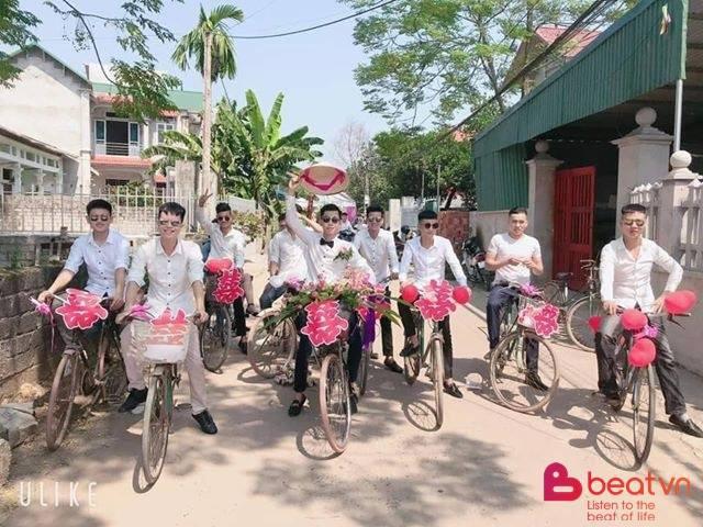 Chú rể dẫn hàng chục trai làng đạp xe đến rước vợ, phản ứng của cô dâu khiến tất cả thích thú - Ảnh 2.