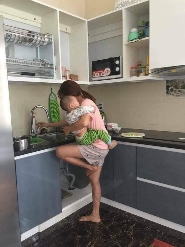 Chê vợ ở nhà chăm con nhỏ lười chảy thây, ông chồng bị mẹ bỉm sữa dạy cho một bài học khiến cả nghìn chị em tán thưởng - Ảnh 1.