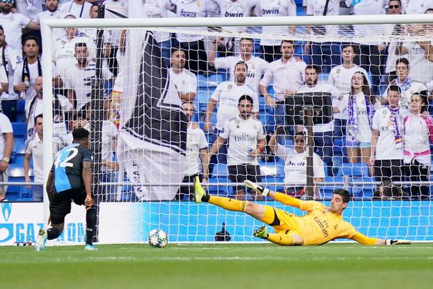 Courtois để thủng lưới hài hước, VAR cứu Real Madrid thoát khỏi trận thua nhục nhã trên sân nhà - Ảnh 2.