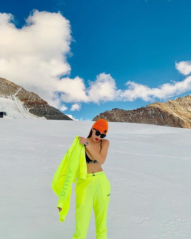 Chịu chơi như Kỳ Duyên - Minh Triệu: Rủ nhau cởi áo giữa trời âm độ, khoe body sexy trên đỉnh núi tuyết Thụy Sĩ - Ảnh 2.