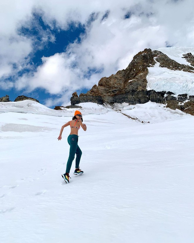 Chịu chơi như Kỳ Duyên - Minh Triệu: Rủ nhau cởi áo giữa trời âm độ, khoe body sexy trên đỉnh núi tuyết Thụy Sĩ - Ảnh 5.