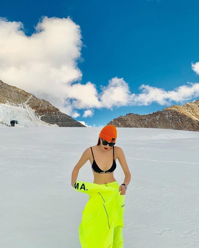 Chịu chơi như Kỳ Duyên - Minh Triệu: Rủ nhau cởi áo giữa trời âm độ, khoe body sexy trên đỉnh núi tuyết Thụy Sĩ - Ảnh 3.