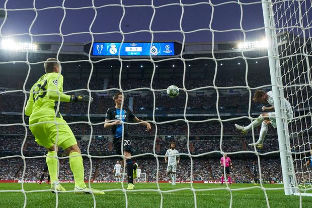 Courtois để thủng lưới hài hước, VAR cứu Real Madrid thoát khỏi trận thua nhục nhã trên sân nhà - Ảnh 6.