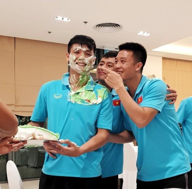 Đón sinh nhật tuổi 24, Bùi Tiến Dũng lĩnh trọn đặc sản hài hước của ĐT Việt Nam - Ảnh 2.