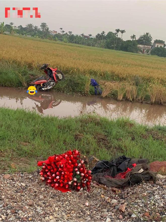 Chuyện buồn ngày 20/10: Cụ ông chạy xe máy lao xuống mương, bó hoa đặc biệt cũng bị hỏng - ảnh 2
