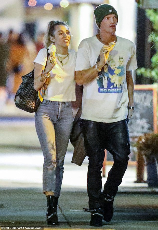 Miley Cyrus lần đầu công khai khoá môi Cody Simpson trước bàn dân thiên hạ, dính tình trẻ như hình với bóng - Ảnh 1.