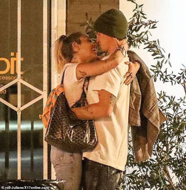 Miley Cyrus lần đầu công khai khoá môi Cody Simpson trước bàn dân thiên hạ, dính tình trẻ như hình với bóng - Ảnh 3.