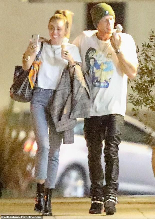 Miley Cyrus lần đầu công khai khoá môi Cody Simpson trước bàn dân thiên hạ, dính tình trẻ như hình với bóng - Ảnh 7.