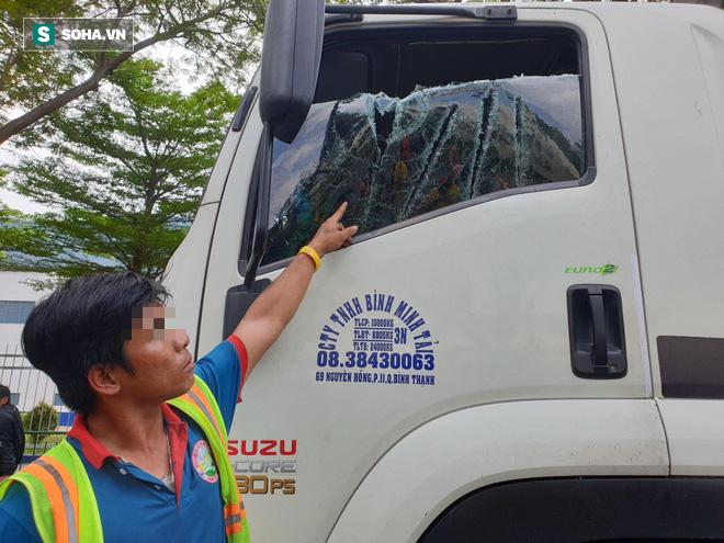 Truy tìm đôi nam nữ đi ô tô biển Hà Nội cầm kiếm chém nát kính ô tô tải trên Quốc lộ 13 - Ảnh 2.