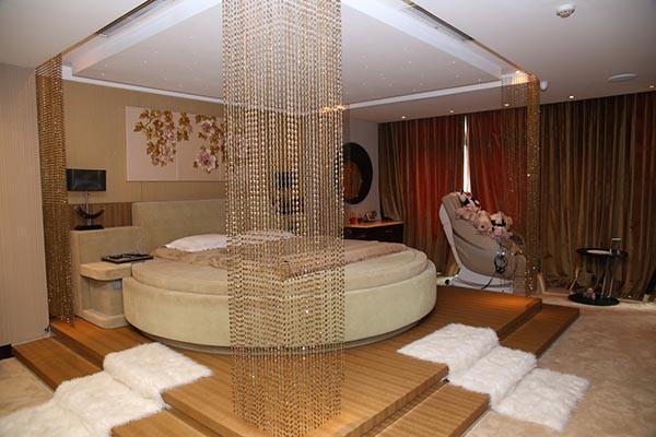 Phòng ngủ của Đàm Vĩnh Hưng, Hồng Nhung xa hoa lộng lẫy, riêng Hoài Linh cực khác biệt - Ảnh 1.