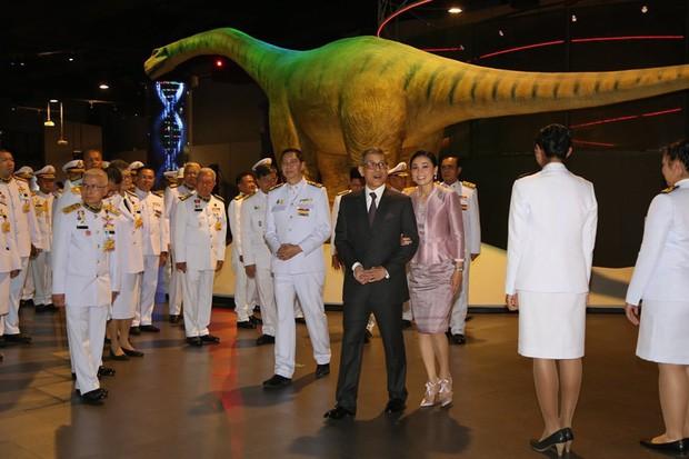 Cựu Hoàng phi Thái Lan lẻ loi đi sự kiện trước ngày bị phế truất vì khi quân, Vua và Hoàng hậu xuất hiện tình cảm - Ảnh 2.