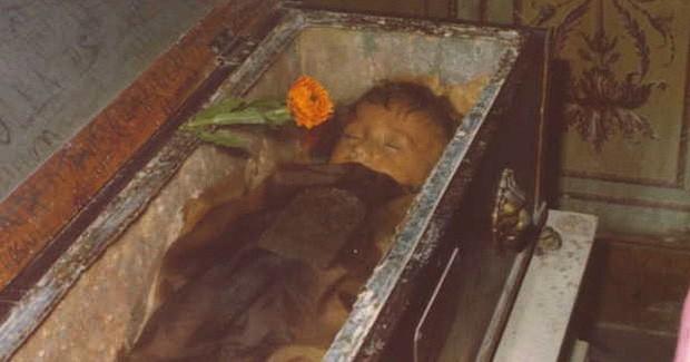 Bí ẩn về thiên thần say ngủ: Xác ướp bé gái gần trăm năm vẫn còn chớp mắt khiến ai cũng lạnh người - Ảnh 6.