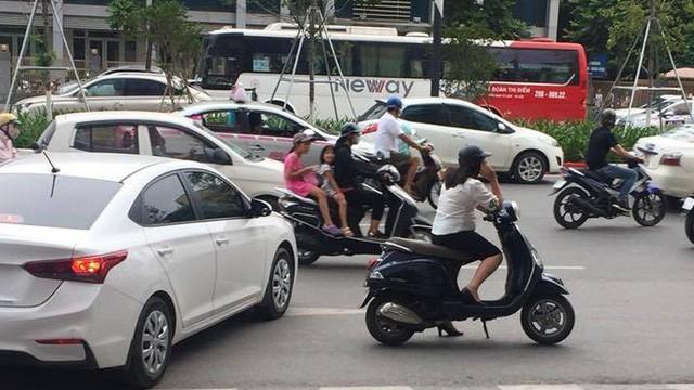 Người phụ nữ vứt xe giữa đường để... nghe điện thoại - Ảnh 3.