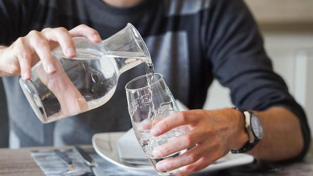 Bỉ: Nhà hàng phục vụ khách nước uống được tái chế từ nhà vệ sinh - Ảnh 2.