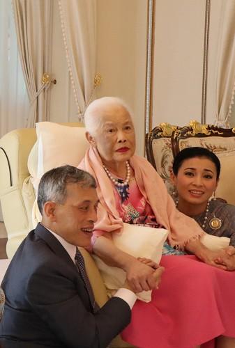 Loạt ảnh lặng lẽ cau mày trong góc khuất chứng minh cựu Hoàng phi Thái Lan vốn đã bị thất sủng từ lâu? - Ảnh 3.