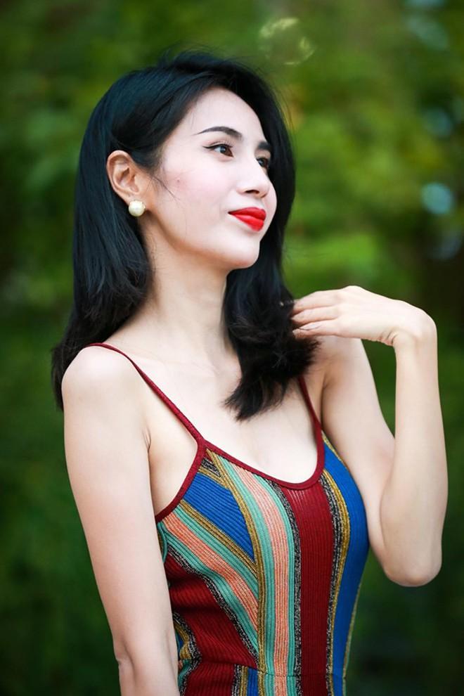 Thủy Tiên khoe đường cong quyến rũ khi diện bikini gợi cảm - Ảnh 8.