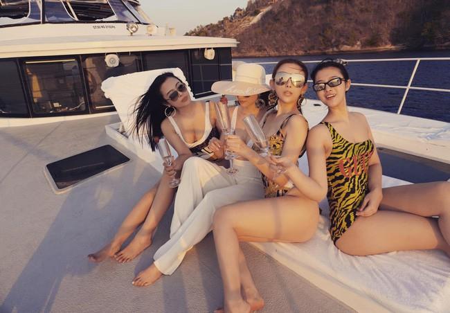 Đẳng cấp gia đình mỹ nhân: Từ U40 đến U30 đều diện bikini khoe dáng bốc lửa trên du thuyền mừng sinh nhật Huyền Baby - ảnh 2