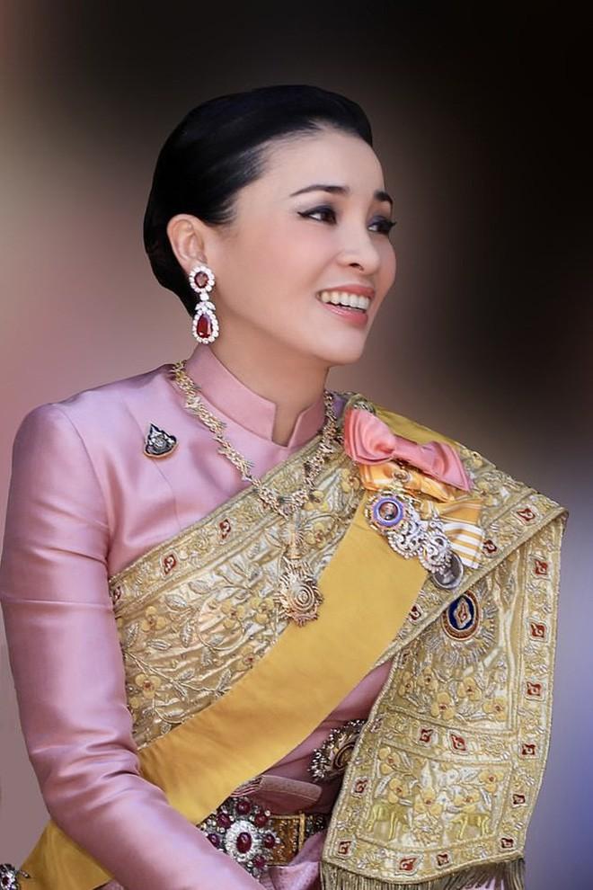 Hoàng hậu và Hoàng quý phi Thái Lan: Xuất phát điểm tương đồng, cùng mục tiêu nhưng người về đỉnh cao, người về vực sâu trong cuộc cung đấu - Ảnh 1.