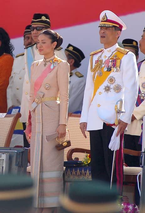 Bi kịch của cựu Vương phi Thái Lan bị phế truất: Nhận bạc tỷ nhưng phải từ bỏ con trai, cha mẹ 70 tuổi vẫn bị bỏ tù - ảnh 2