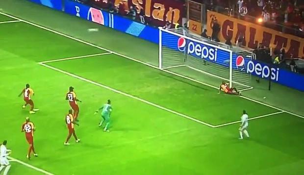 Sao 100 triệu euro của Real Madrid tự biến mình trở thành trò cười với pha bỏ lỡ của mùa giải - Ảnh 2.