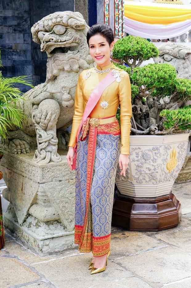 Hậu cung đầy sóng gió của Quốc vương Thái Lan: Có 5 bà vợ, từng kết hôn với em họ và vụ ly hôn tiêu tốn đến 5,5 triệu đô - Ảnh 1.
