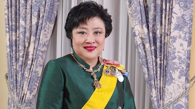 Hậu cung đầy sóng gió của Quốc vương Thái Lan: Có 5 bà vợ, từng kết hôn với em họ và vụ ly hôn tiêu tốn đến 5,5 triệu đô - Ảnh 2.
