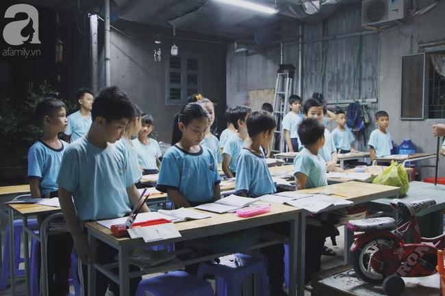 Chuyện về lớp học 0 đồng giữa Sài Gòn: Hai vợ chồng lấy tiền lương, bán vàng cưới để giúp trẻ em nghèo được học chữ - Ảnh 1.