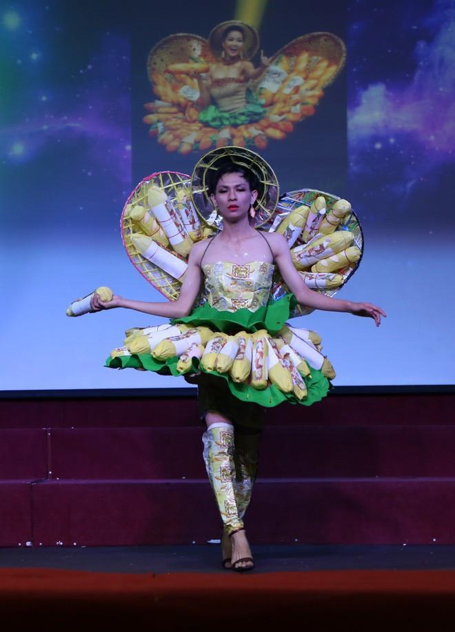 Bộ sưu tập thời trang tái chế của sinh viên sang chảnh như thi Miss Universe, đã mắt nhất là bộ bánh mì của H'hen Niê - ảnh 1