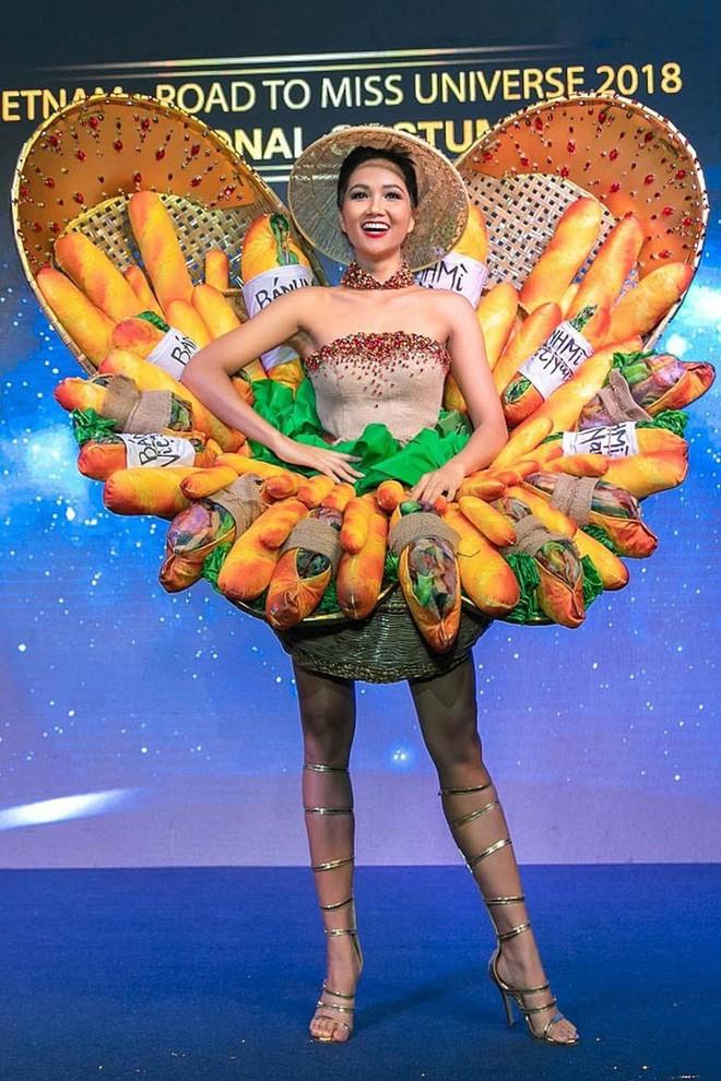 Bộ sưu tập thời trang tái chế của sinh viên sang chảnh như thi Miss Universe, đã mắt nhất là bộ bánh mì của H'hen Niê - ảnh 2