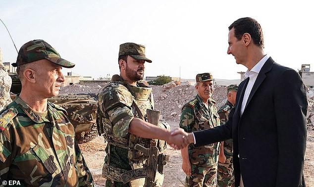 Chùm ảnh Tổng thống Assad bất ngờ xuất hiện đầy tự tin giữa vùng chiến sự khốc liệt Syria - Ảnh 2.