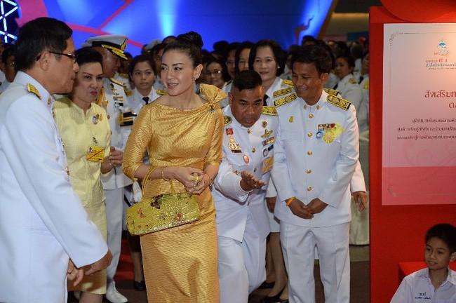 Trước Hoàng quý phi, vợ cũ của Quốc vương Thái Lan cũng rơi vào hoàn cảnh tương tự và có kết cục không thể bi đát hơn - Ảnh 3.