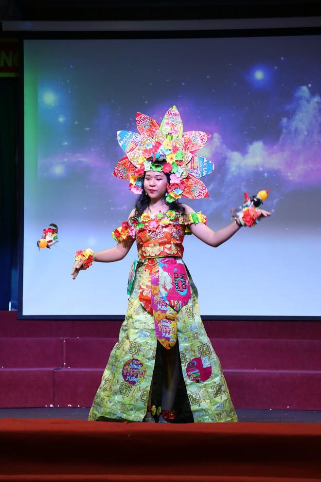 Bộ sưu tập thời trang tái chế của sinh viên sang chảnh như thi Miss Universe, đã mắt nhất là bộ bánh mì của H'hen Niê - ảnh 3