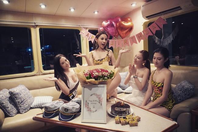 Đẳng cấp gia đình mỹ nhân: Từ U40 đến U30 đều diện bikini khoe dáng bốc lửa trên du thuyền mừng sinh nhật Huyền Baby - ảnh 4