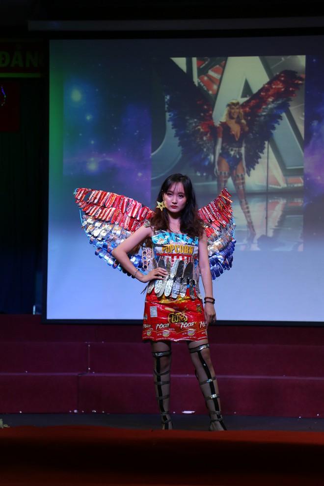 Bộ sưu tập thời trang tái chế của sinh viên sang chảnh như thi Miss Universe, đã mắt nhất là bộ bánh mì của H'hen Niê - ảnh 5