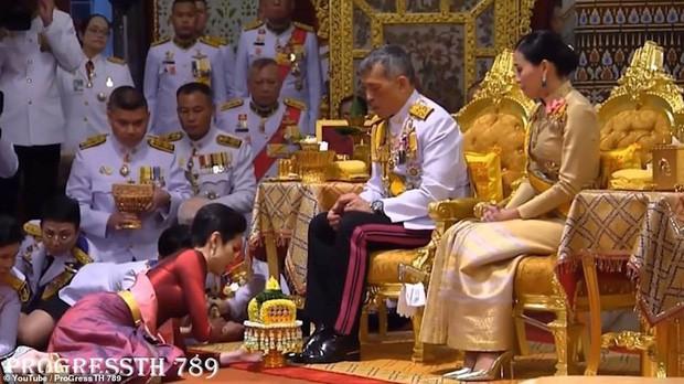 Hoàng hậu và Hoàng quý phi Thái Lan: Xuất phát điểm tương đồng, cùng mục tiêu nhưng người về đỉnh cao, người về vực sâu trong cuộc cung đấu - Ảnh 6.