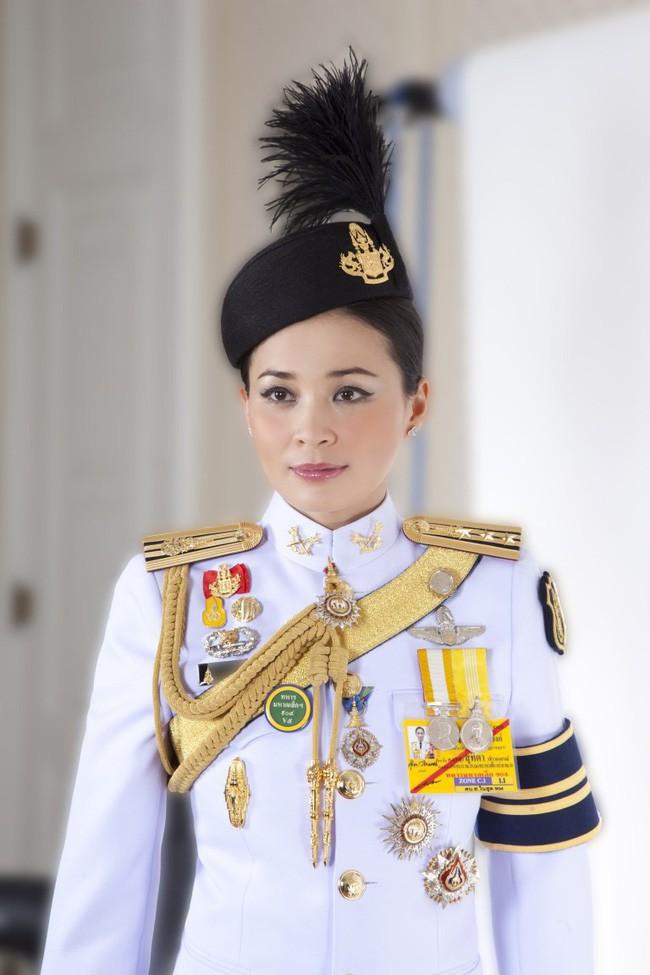 Hậu cung đầy sóng gió của Quốc vương Thái Lan: Có 5 bà vợ, từng kết hôn với em họ và vụ ly hôn tiêu tốn đến 5,5 triệu đô - Ảnh 6.