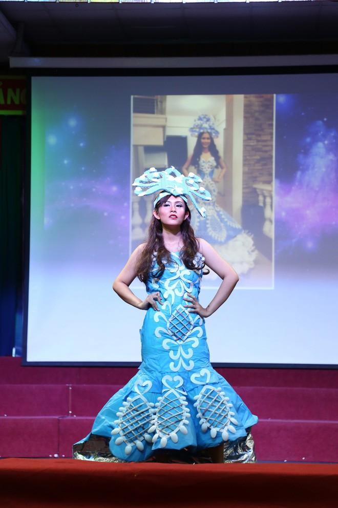 Bộ sưu tập thời trang tái chế của sinh viên sang chảnh như thi Miss Universe, đã mắt nhất là bộ bánh mì của H'hen Niê - ảnh 6
