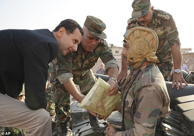 Chùm ảnh Tổng thống Assad bất ngờ xuất hiện đầy tự tin giữa vùng chiến sự khốc liệt Syria - Ảnh 6.