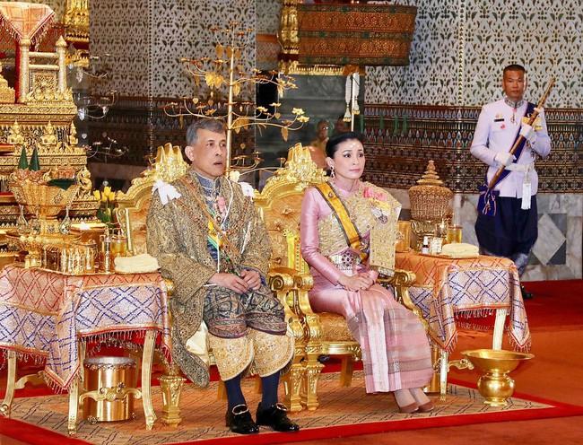 Hậu cung đầy sóng gió của Quốc vương Thái Lan: Có 5 bà vợ, từng kết hôn với em họ và vụ ly hôn tiêu tốn đến 5,5 triệu đô - Ảnh 7.