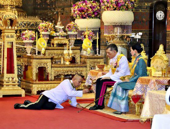 Giữa xôn xao phế truất Hoàng phi, Hoàng gia Thái Lan đăng ảnh Nhà vua-Hoàng hậu như hình với bóng 3 ngày liên tiếp - Ảnh 5.