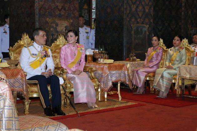 Giữa xôn xao phế truất Hoàng phi, Hoàng gia Thái Lan đăng ảnh Nhà vua-Hoàng hậu như hình với bóng 3 ngày liên tiếp - Ảnh 6.