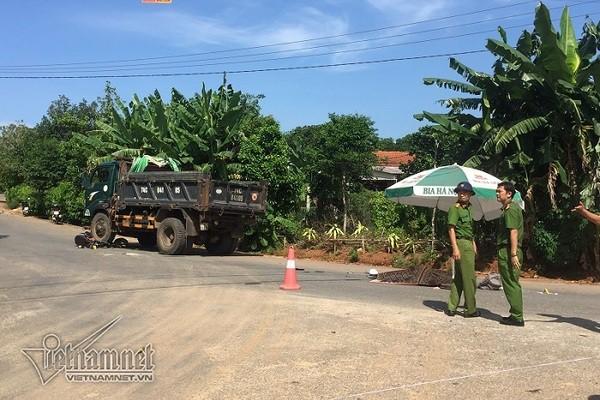 Cha mẹ ngã quỵ bên thi thể nữ sinh Quảng Trị bị xe tải cán tử vong - Ảnh 1.
