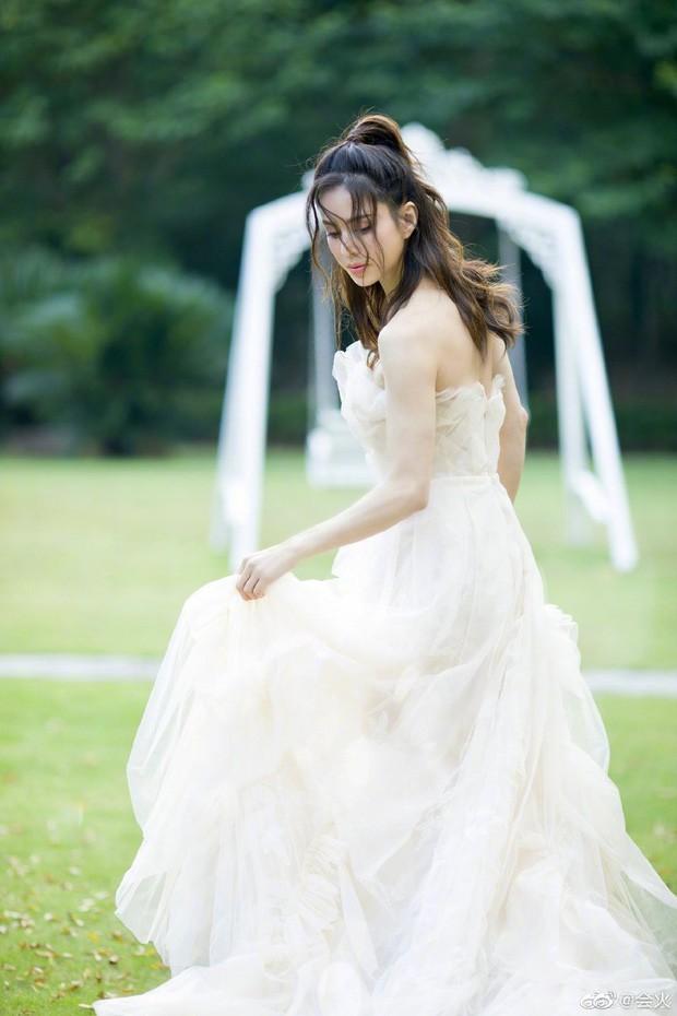 """""""Tiểu Long Nữ"""" Lý Nhược Đồng bất ngờ khoe ảnh váy cưới ở tuổi 46, lý do đằng sau khiến Cnet dở khóc dở cười - Ảnh 6."""