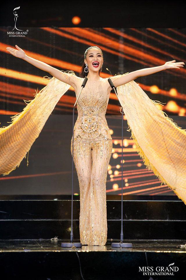 Trực Tiếp Chung kết HOA HẬU HÒA BÌNH QUỐC TẾ 2019: Kiều Loan là người đẹp đầu tiên được xướng tên vào Top 10 - Ảnh 4.