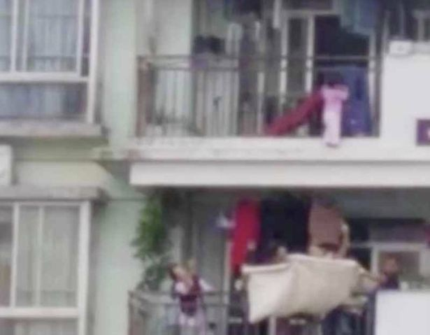 Bé gái treo lơ lửng ngoài ban công tầng 9, hàng xóm hốt hoảng lấy chăn ra hứng - Ảnh 2.